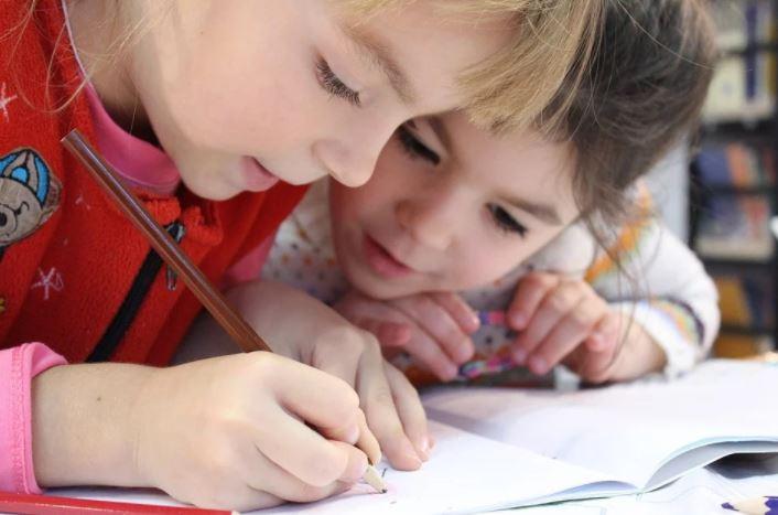 女の子 二人 勉強